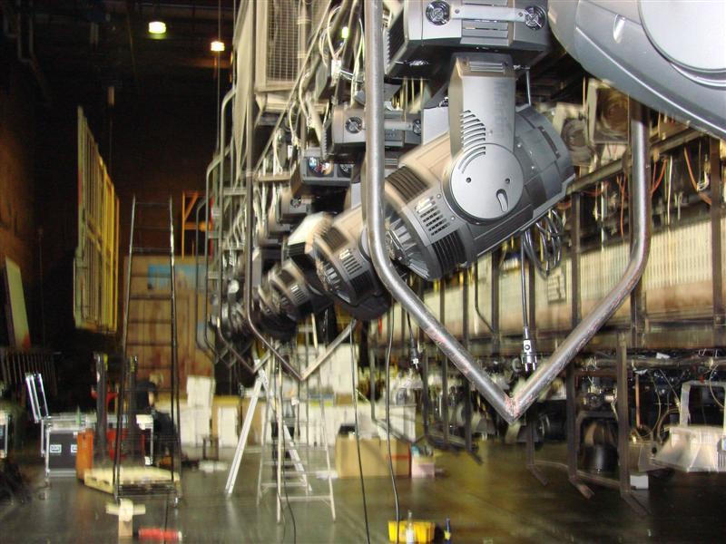 http://tal-chemnitz.de/cardboard.datastore/TAL-articles/2007-01-04-Semperoper-stellt-Oberlicht-auf-Moving-Lights-um/DSC00389.JPG